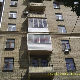 Установка финского остекления с выносом в сталинском доме на балконе с ригелями