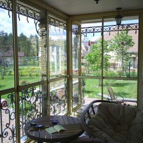 Терраса с раздвижными дверьми и тонированным стеклом